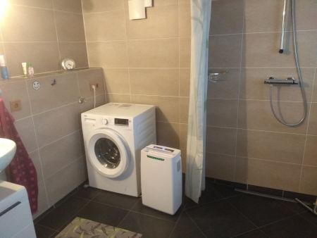 Bild: Waschmaschine und Dusche
